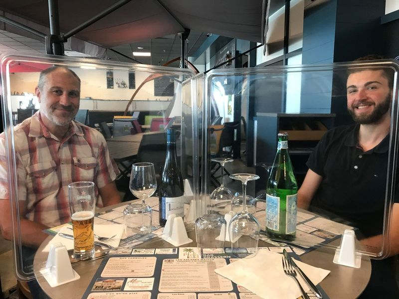 Didier Reinke and François Philippe at the table of the Plein-Sud restaurant in Longué-Jumelles (49), equipped with protective APET screens from the Jean Bal Thermoformage company (photo Fabien Lambert).