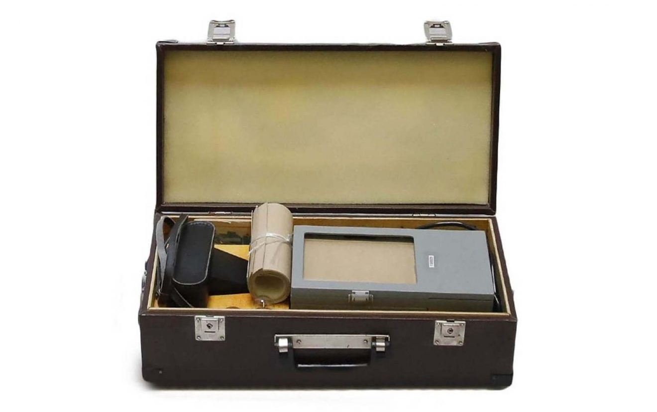 "IDENTIKIT"" case (USSR) containing a camera and the portrait viewer for facial identification (1988 to 1989). Used by the MVD (police) and the KGB (secret services). Comes from Soviet Belarus. Marché Dauphine - Photo Sistine Legrand"