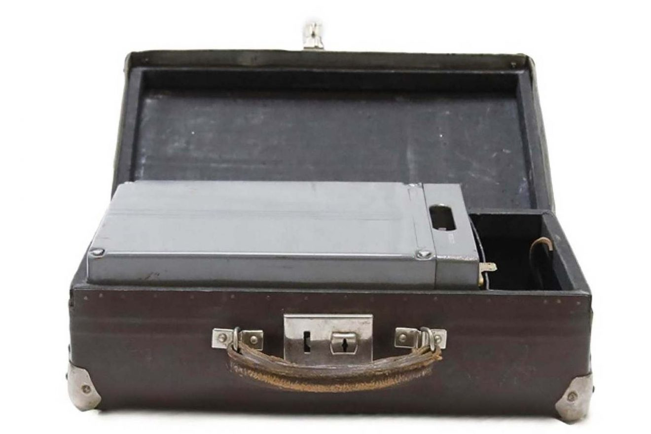 "Small suitcase containing a power supply battery for the KGB (USSR) clandestine radio transceiver model P-57 code ""RION"". The suitcase comes from the KGB office in Riga (Latvia). Marché Dauphine - Photo Sixtine Legrand"