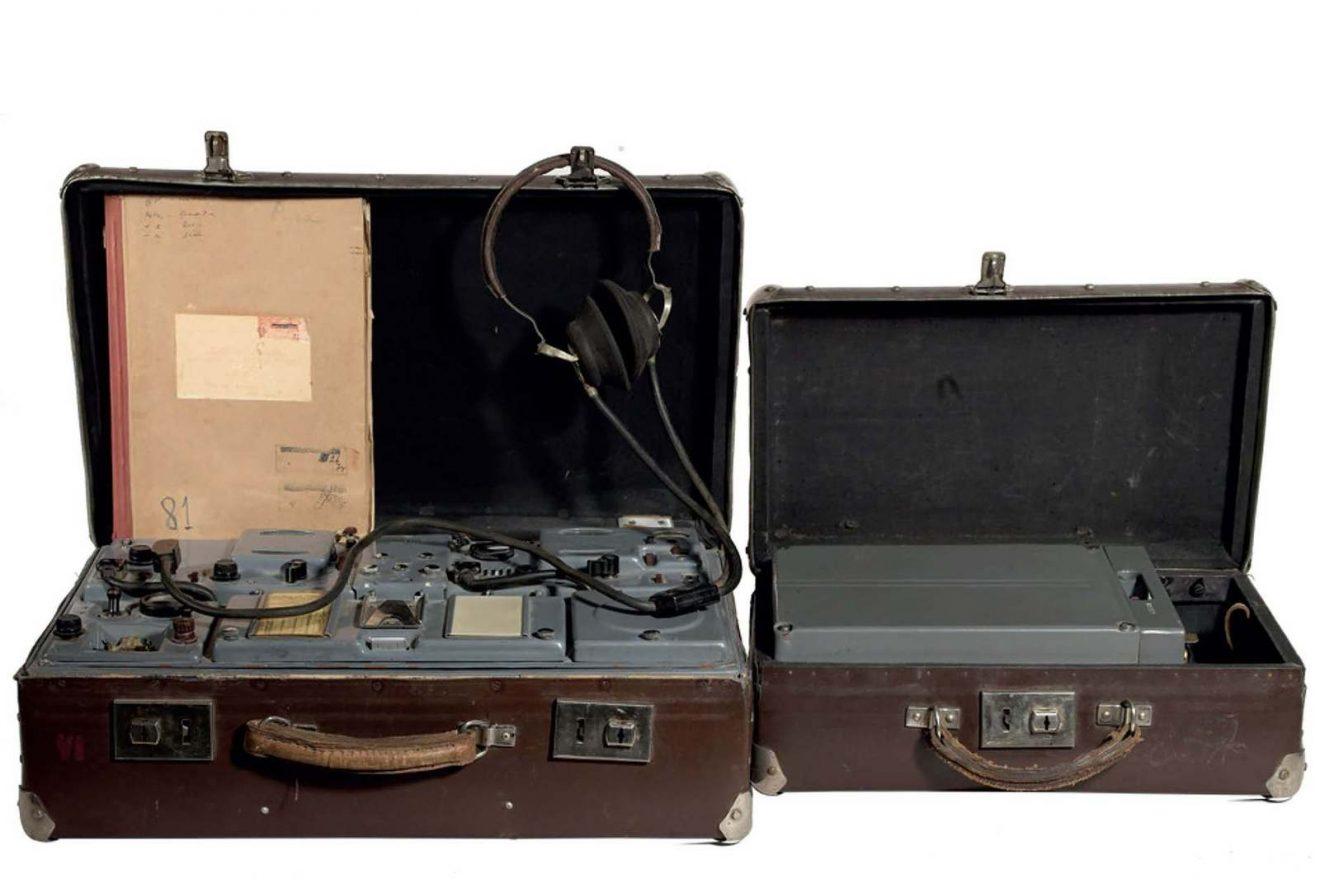 "On the left, a suitcase containing a clandestine KGB (USSR) radio transceiver model P-57 code ""RION"". On the right, a small suitcase containing its power supply battery. This set comes from the KGB office in Riga (Latvia). Marché Dauphine - Photo Florence Verrier"